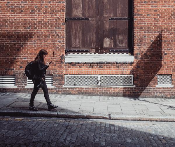 Enviando un SMS por la calle